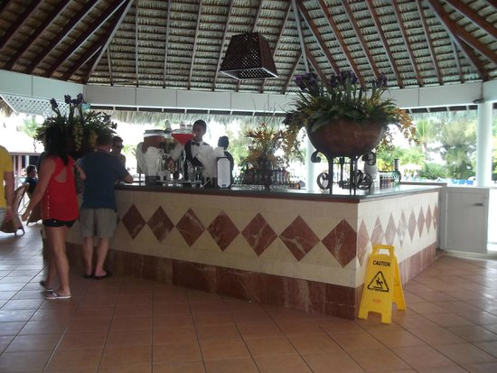 Grand Bahía Principe San Juan: One of the main bars in the reception area