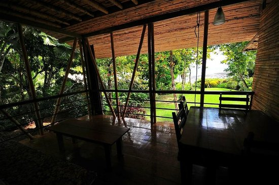 Casa Bambu Resort: spacious breezy upstairs porch has a great view of the ocean
