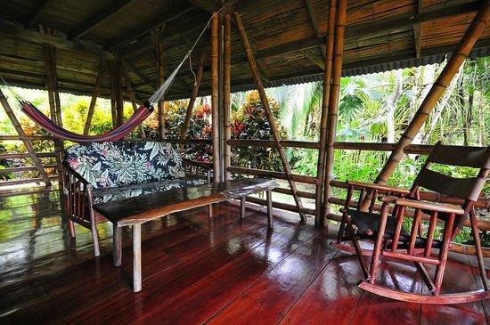 Casa Bambu Resort : comfortable seating in the lanai/living area