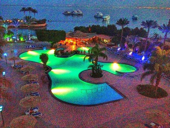 Hurghada Marriott Beach Resort: Pool view at night