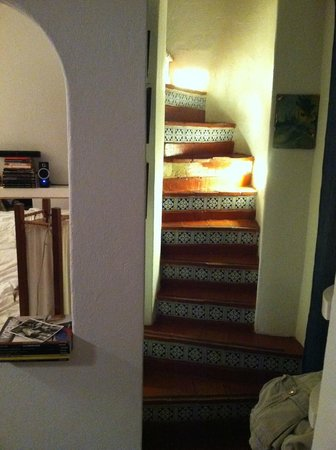 Les Lezards Bed & Breakfast: A view of the cool stairway in one of the rooms.