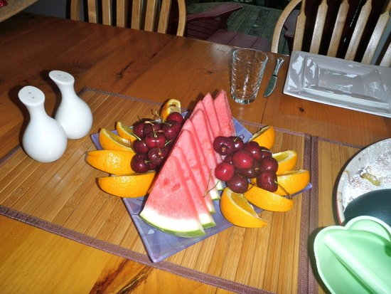 Sauble Falls Bed & Breakfast: Fruit platter for breakfast