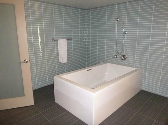 Wyndham Grand Chicago Riverfront: Soaking tub