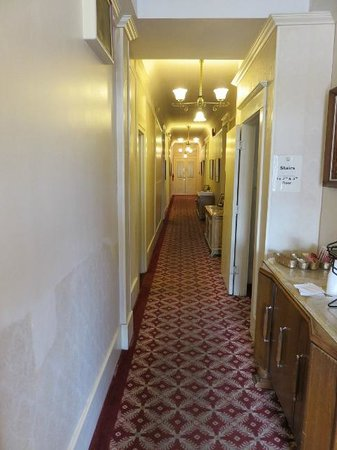 The Van Gilder Hotel: Hallway from the 1930s.