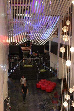 W Atlanta Midtown: Cool decor in the lobby