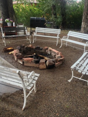 Black Bear Inn : Campfire pit by river