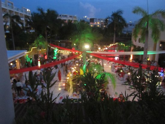 Excellence Playa Mujeres: Mexican Celebration, buffet, mariachis