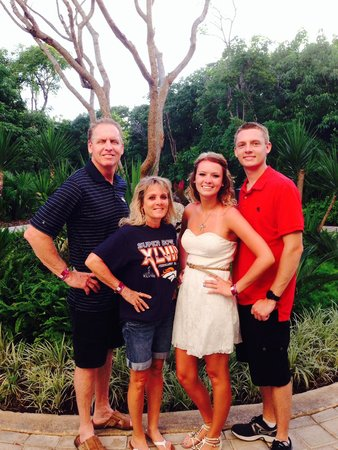 Grand Luxxe Riviera Maya: Family on the resort grounds