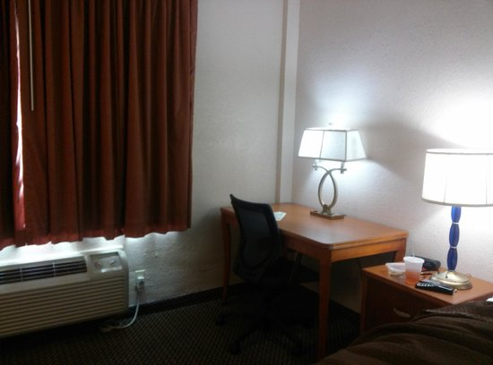 Travelodge Orlando Downtown Centroplex: Desk with lamp and outlets