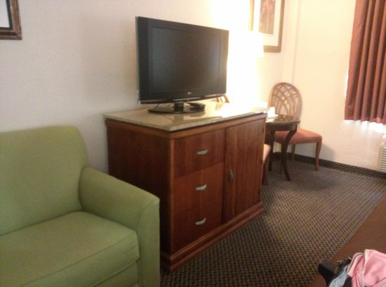 Travelodge Orlando Downtown Centroplex: Udated TV on armoire