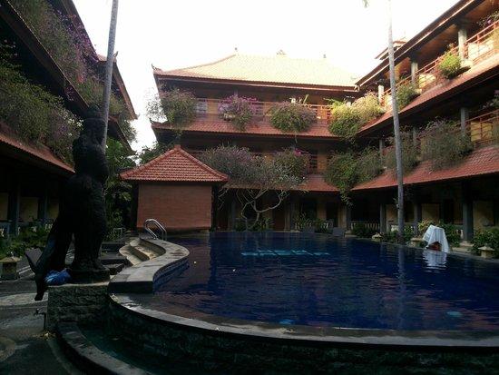 New Arena Hotel: Pool yang dikelilingi kamar