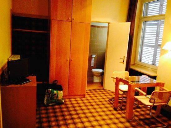 Hôtel du Rhin: vista del bano desde la cama