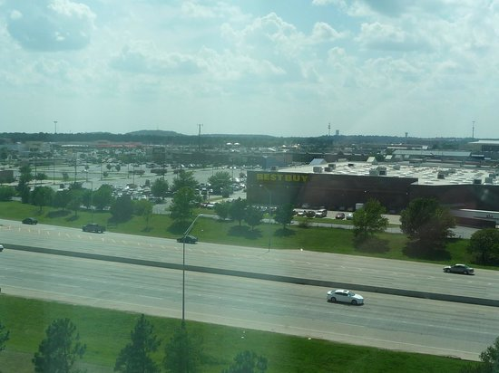 Renaissance Tulsa Hotel & Convention Center : Looking outside towards stores