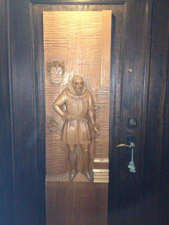 El Convento Boutique Hotel: Carving doors