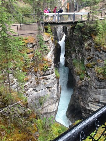 Maligne Canyon: view over the water