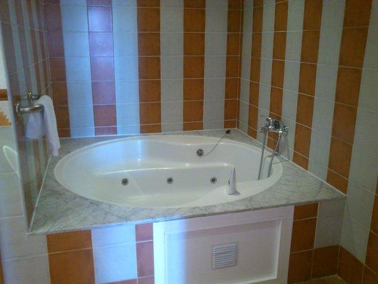 H10 Salauris Palace: Jacuzzi en el baño