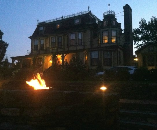 Cliffside Inn: Beautiful fire pit and view