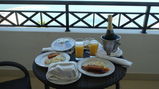 Secrets Wild Orchid Montego Bay : Champagne breakfast on the balcony (presidential suite)