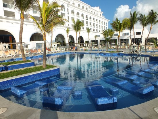 Hotel Riu Cancun: Lounges in pools and sun shades around pools