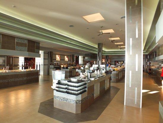 Hotel Riu Cancun: Buffet Bars in Miramar seperate from eating area
