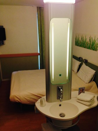 Hotel Ibis Budget Brugge Centrum Station : vista general con lavamanos
