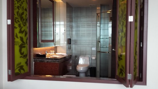 The Berkeley Hotel Pratunam: bathroom with folding doors