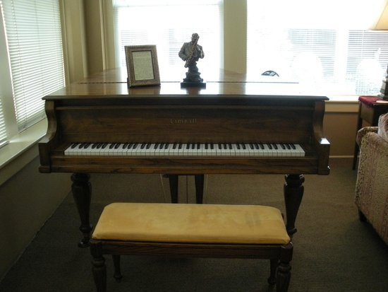 Talbot Heirs Guesthouse: Piano in living area - Suite #2
