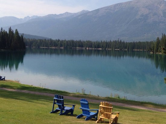 Fairmont Jasper Park Lodge: View across the lake from the main building