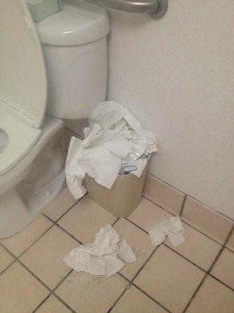 Quality Inn & Suites: Public restroom