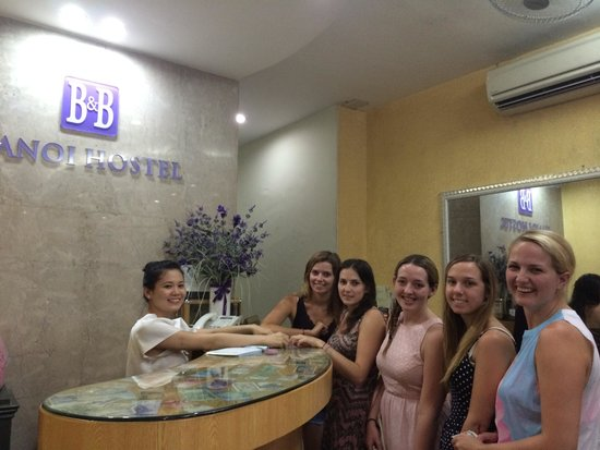 B&B Hanoi Hotel: Lovely time at the reception after the Ha Long bay trip