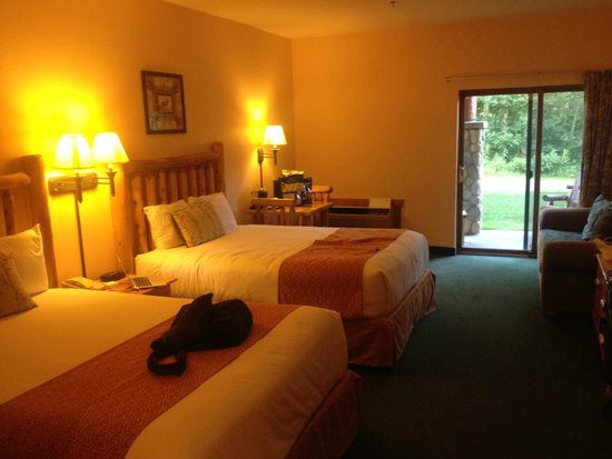 The Waters of Minocqua : Comfy beds with patio and forest