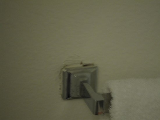 Beachview inn: broken towel rack