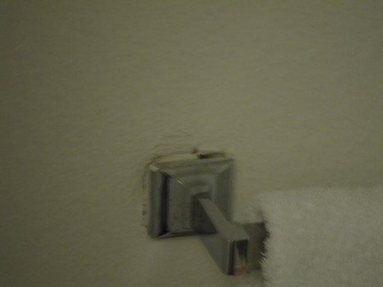 Beach View Inn Motel : broken towel rack