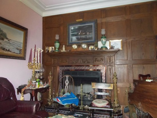 Sand Hills Lighthouse Inn: Living Room, where guests visit for social gatherings, evening treat with music by Ms. Mary