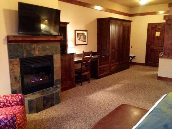 Lodge at Whitefish Lake: huge room - loved the fireplace!