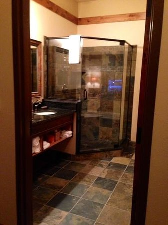 Lodge at Whitefish Lake: pretty bathroom, freezing floors!