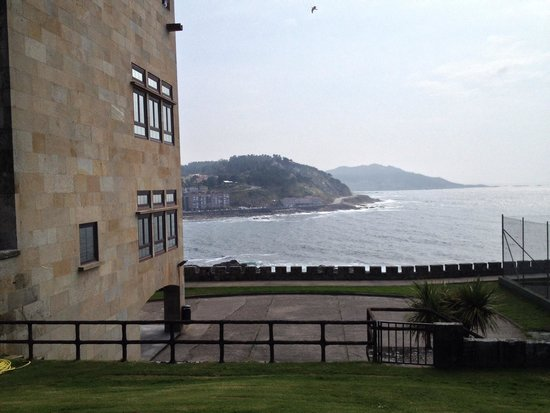 Parador de Baiona : Looking out from pool area over the sea
