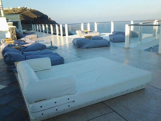 Rocabella Santorini Resort & Spa: pool deck area - overlooking the ocean