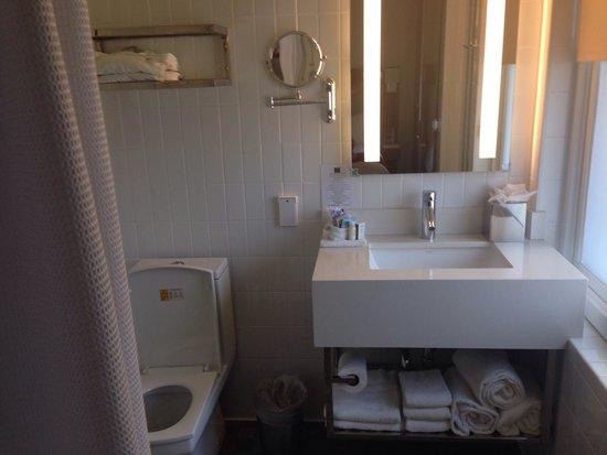 Hotel Indigo Santa Barbara: Bathroom