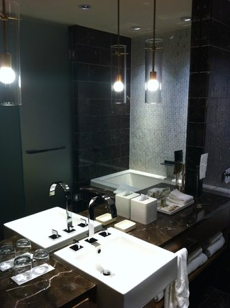 Loden Hotel: large bathroom