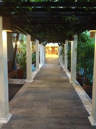 Burasari Resort: walk way past the bar