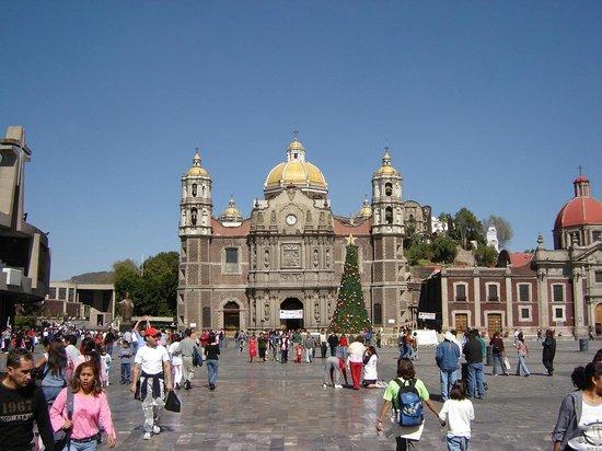 Basilica de Santa Maria de Guadalupe : Otra vista del atrio