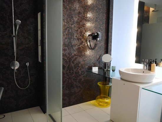 Hard Rock Hotel Singapore: Clean bathroom but dirty stains in hidden areas