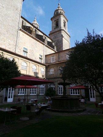 San Francisco Hotel Monumento: Le jardin et sa fontaine,  au pieds de l' église San Francisco.