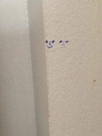 Chaiyapoon Inn: Graffiti on the wall , very artistic