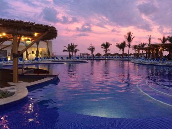 Royal Decameron Los Cabos: Sunset view from the pool