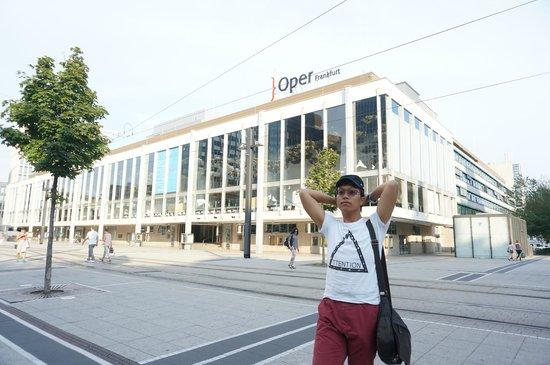 Oper Frankfurt: 外面廣場