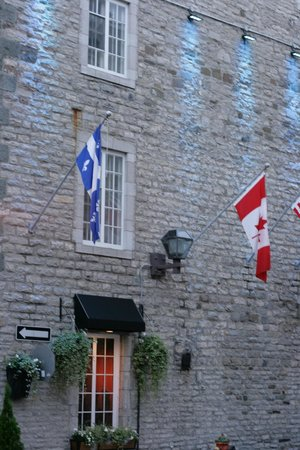 Manoir de L'Esplanade : The flags of Quebec and Canada