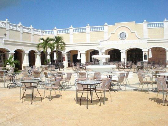 Paradisus Princesa del Mar Resort & Spa: Night time shows area