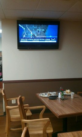 The Loyal Inn: Nice televisions to watch while eating breakfast